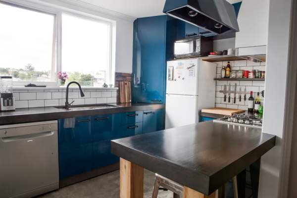 Budget variant of the kitchen interior with sky-blue furniture: a harmonious symbiosis of textures and materials