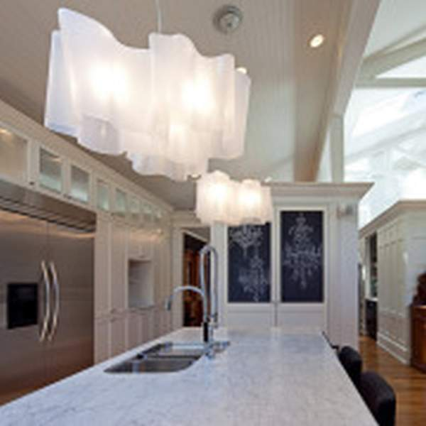 Chandelier in the kitchen - the central light source in the interior