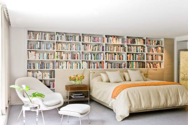 For fans of reading at night - stunning ideas for combining a cozy bedroom and a small home library