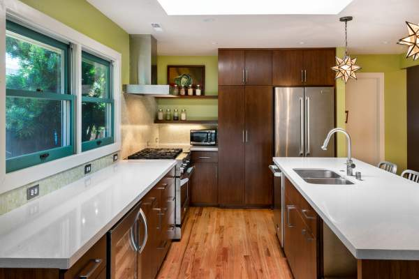 How a small space to reschedule in a large and cozy kitchen is a real example for you!