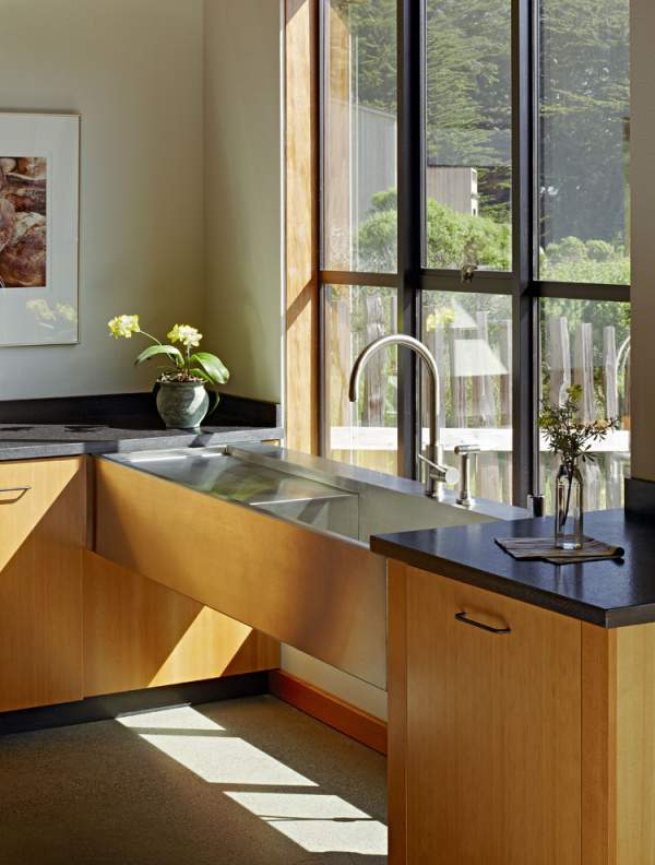 Kitchen with low windowsills: original design solutions!