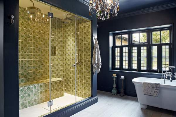Sparkling sparkling luminaire in the bathroom interior