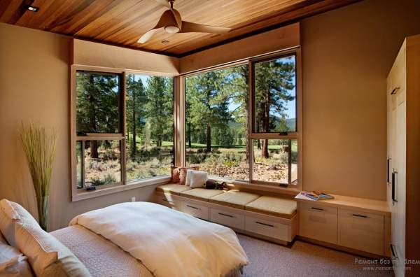 The design of the window in the bedroom is the key to comfort and peace