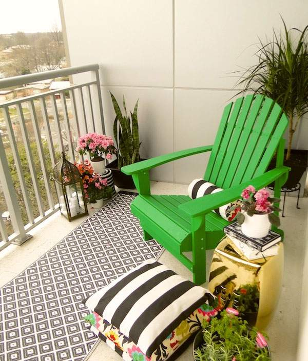 Turning a small balcony into a cozy holiday island: the tranquility of greenery or the magic of color?