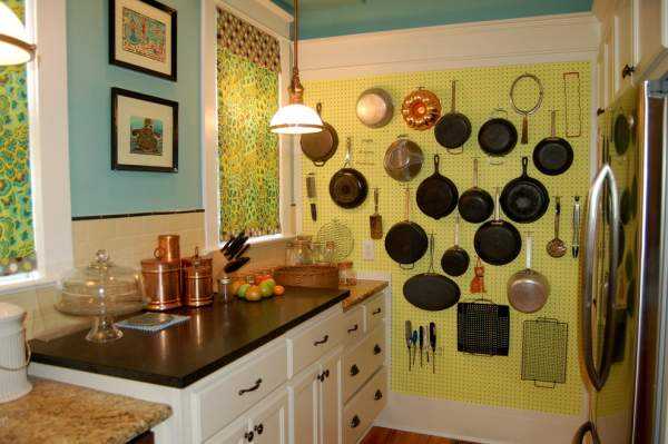 Using a free wall part in the kitchen interior for storing dishes