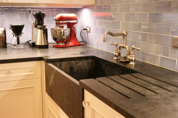 Vintage kitchen sinks with a protruding facade: a universal solution for any interiors